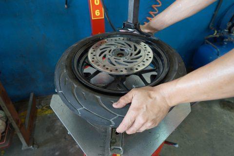 changer pneu moto